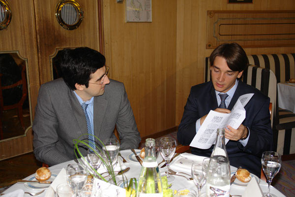 Четырнадцатый чемпион мира по шахматам Владимир Крамник (слева) и Александр Морозевич