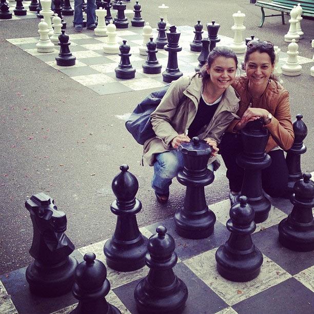 Оксана Костенюк (слева) и Александра Костенюк в Парке Бастионов.  Интересной достопримечательностью Парка Бастионов, является то, что прямо на асфальте нарисованы шахматные клетки, а на них установлены огромные шахматные фигуры и пешки