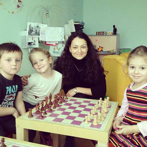 Александра Костенюк с воспитанниками шахматной школы