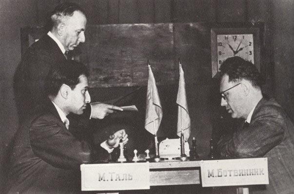 Михаил Таль (слева) и Михаил Ботвинник. Первенство за звание чемпиона мира по шахматам, Москва, 1960 год