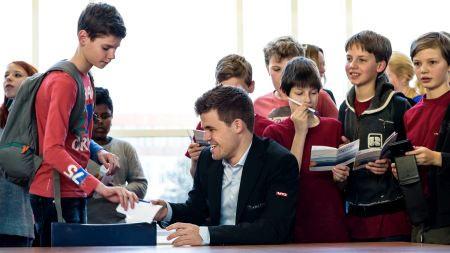 Вейк-ан-Зее 2016. Магнус Карлсен раздает автографы своим юным поклонникам