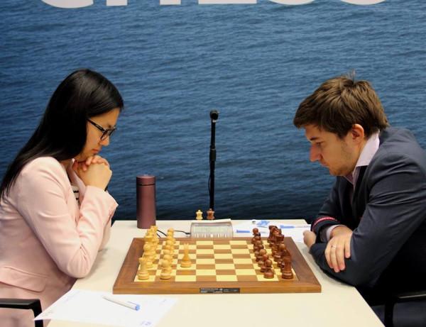 Хоу Ифань (слева) и Сергей Карякин