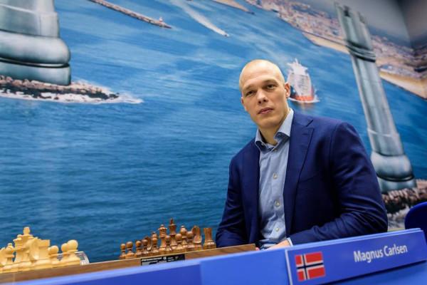 Магнус Карлсен полысел? Нет, с Карлсеном всё в порядке, просто на его стуле, захотелось посидеть голландскому дзюдоисту, призёру олимпийских игр, Хенку Гролу (Henk Grol)