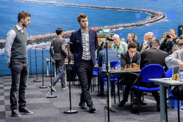 "Слева - капитан ""Аякса"" Джоэль Велтман, в центре - шестнадцатый чемпион мира по шахматам Магнус Карлсен"