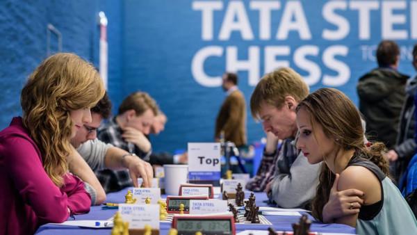Анна Рудольф и Софико Гурамишвили играют в шахматы