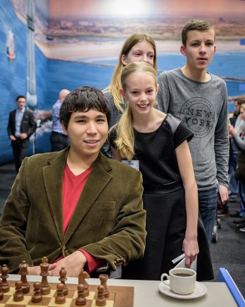 У начинающих шахматистов есть возможность сфотографироваться со своими кумирами. Уэсли Соу и его юные поклонники