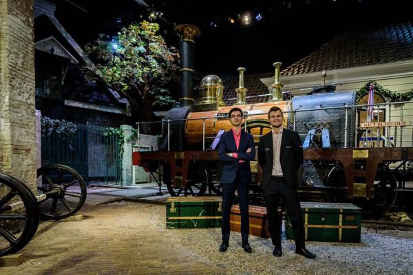 Аниш Гири и Магнус Карлсен на фоне паровоза
