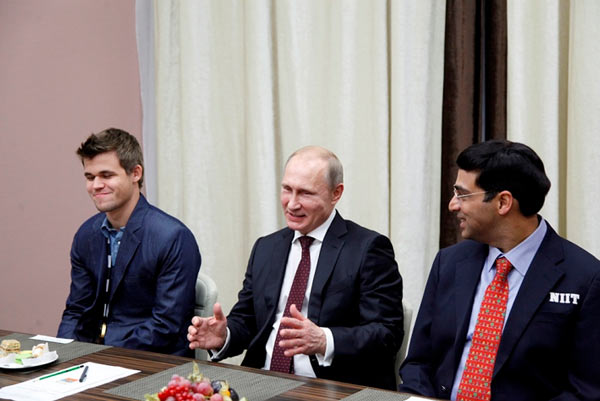 Слева на право: Магнус Карлсен, Владимир Путин и Вишванатан Ананд (Сочи, 2014)