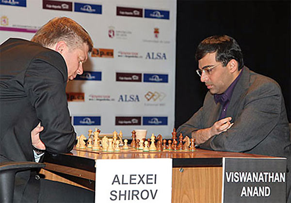Алексей Широв и Виши Ананд во время турнира за звание чемпиона мира по шахматам (2000 год)