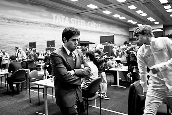 Сосредоточенный Накамура прогуливается по залу во время последнего тура Вейк-ан-Зее 2011