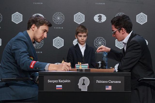 Решающая партия турнира претендентов 2016. За шахматной доской Сергей Карякин   и Фабиано Каруана