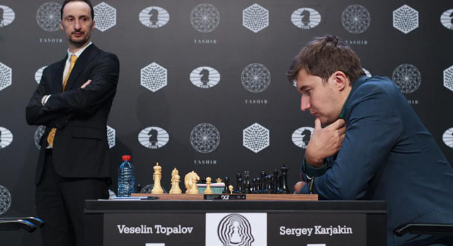 Веселин Топалов наблюдает за Сергеем Карякиным во время пятого тура турнира претендентов 2016