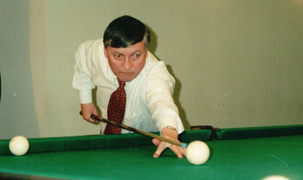 Шахматист Анатолий Карпов играет в бильярд
