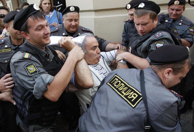 Задержание Каспарова возле здания Хамовнического суда Москвы в августе 2012 года. Гарри Кимович приходил поддержать участниц группы Pussy Riot осквернивших Храм Христа Спасителя