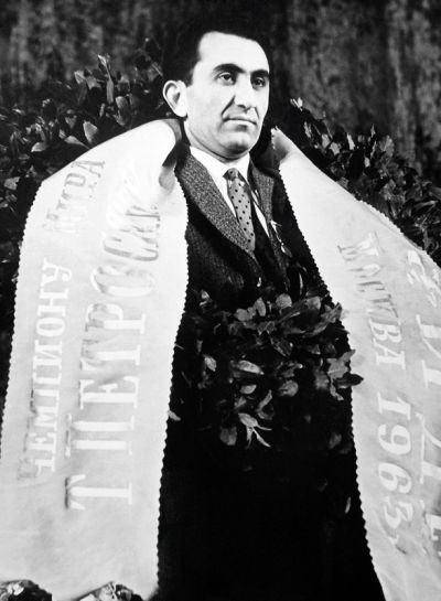 Тигран Петросян с лавровым венком победителя. Москва, 1963 год