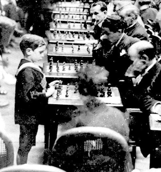 Проводить сеансы одновременной игры, Капабланка начал ещё в детстве