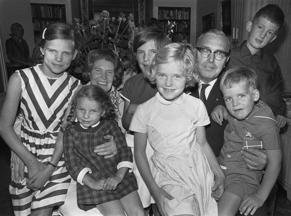 Макс Эйве с женой в окружении внуков празднуют 40-летие супружеской жизни (3 августа 1966 года)