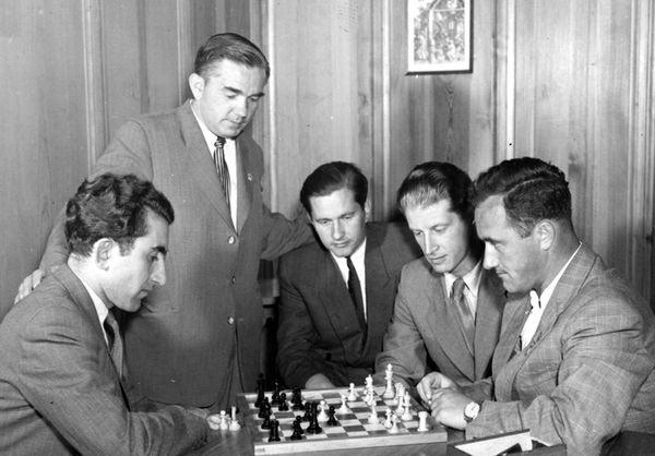 Советские участники турнира претендентов 1953 года в Цюрихе (слева направо): Тигран Петросян, Александр Котов, Пауль Керес, Юрий Авербах и Ефим Геллер