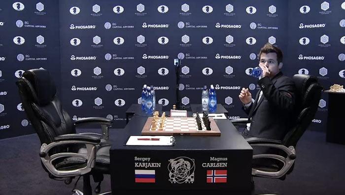 Карлсен первым разместился за игровым столом