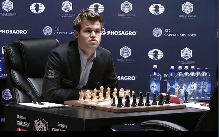 Как и перед седьмой партией, Карлсен первым занял место за столом и стал дожидаться Карякина