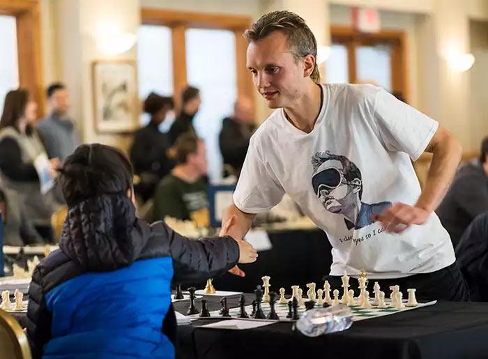 Греев пожимает руку своему оппоненту перед началом сеанса одновременной игры вслепую