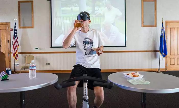 Как обычно, Гареев проводил сеанс одновременной игры крутя педали велотренажера