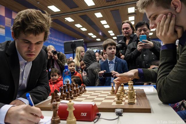 На переднем плане действующий чемпион мира Магнус Карлсен (Норвегия) и Ричард Раппорт (Италия)