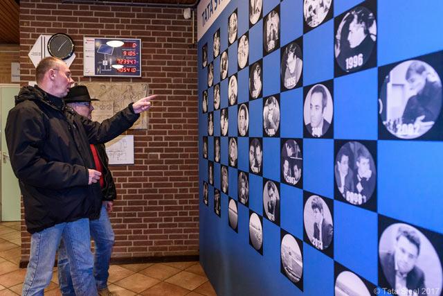 Стена славы - на ней размещены фотографии победителей турнира за прошлые годы, в том числе Анатолия Карпова и Гарри Каспарова