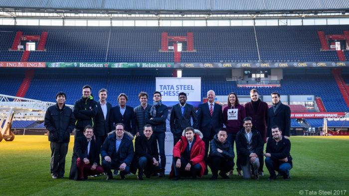Участники турнира на футбольном поле стадиона Фейеноорд (г. Роттердам)