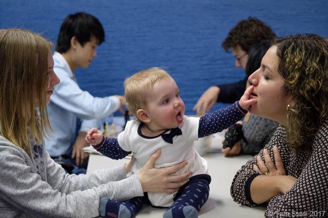 Малыш не понимает куда он попал, но настроение у него явно неплохое
