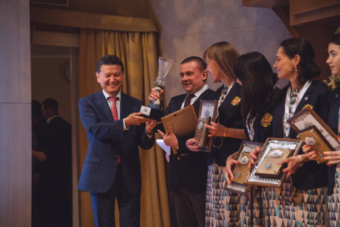 Сергей Рублевский получает кубок из рук президента Международной шахматной федерации Кирсана Илюмжинова