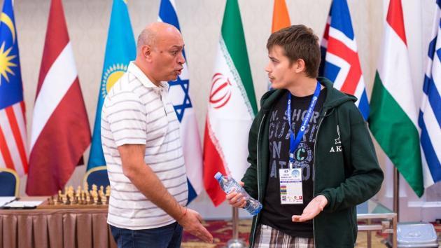 Глядя на фотографию, можно сделать предположение, что Зураб Азмайпарашвили отчитывает Антона Ковалева как маленького мальчика