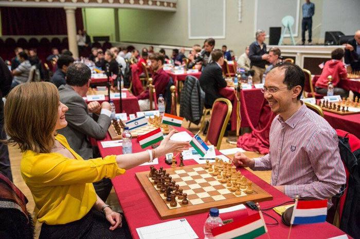 Анна Рудольф (Венгрия) и Рустам Касымджанов (Узбекистан). Шахматный турнира на острове Мэн (23 сентября 2017)