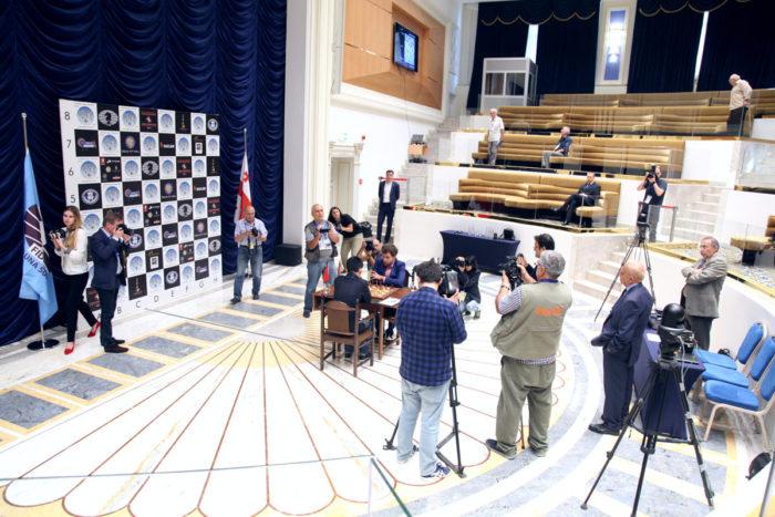 Дин Лижэнь и Левон Аронян в окружении фото-репортеров