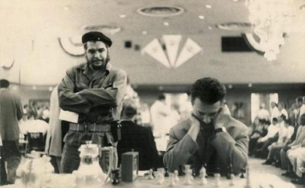 За партией Глигорича наблюдает Эрнесто Че Гевара (Гавана 1969, Мемориал Капабланки)