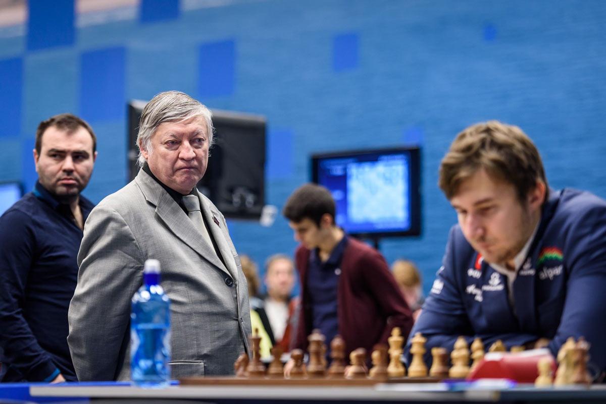 Анатолий Карпов пристальным взглядом изучает Сергея Карякина