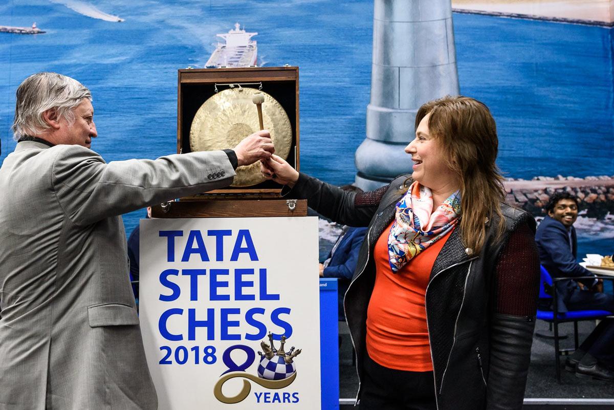 Двенадцатый чемпион мира Анатолий Карпов и Юдит Полгар ударяют в гонг возвещая о начале завершающего тура Tata Steel Chess 2018