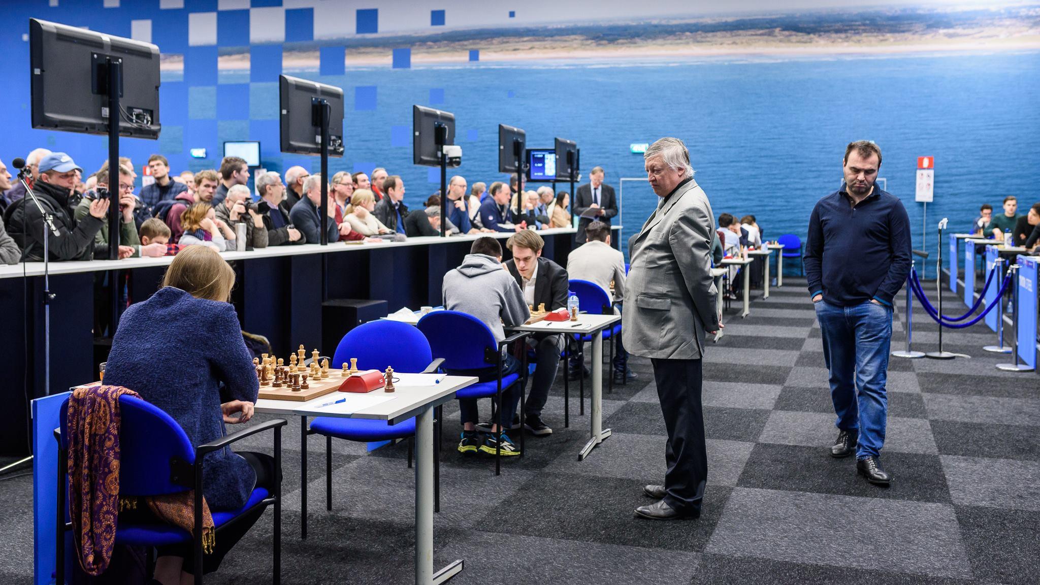 По игровому залу с задумчивым видом идет Шахрияр Мамедьяров, который стартовал в турнире весьма успешно