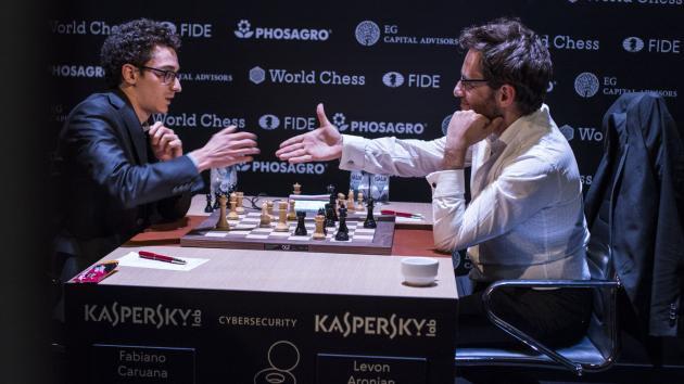 Аронян протягивает руку Каруане признавая свое поражение | Фото: Мария Емельянова