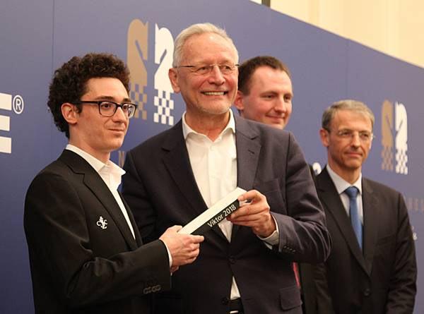 Вольфганг Гренке вручает приз победителю турнира Grenke Chess Classic 2018
