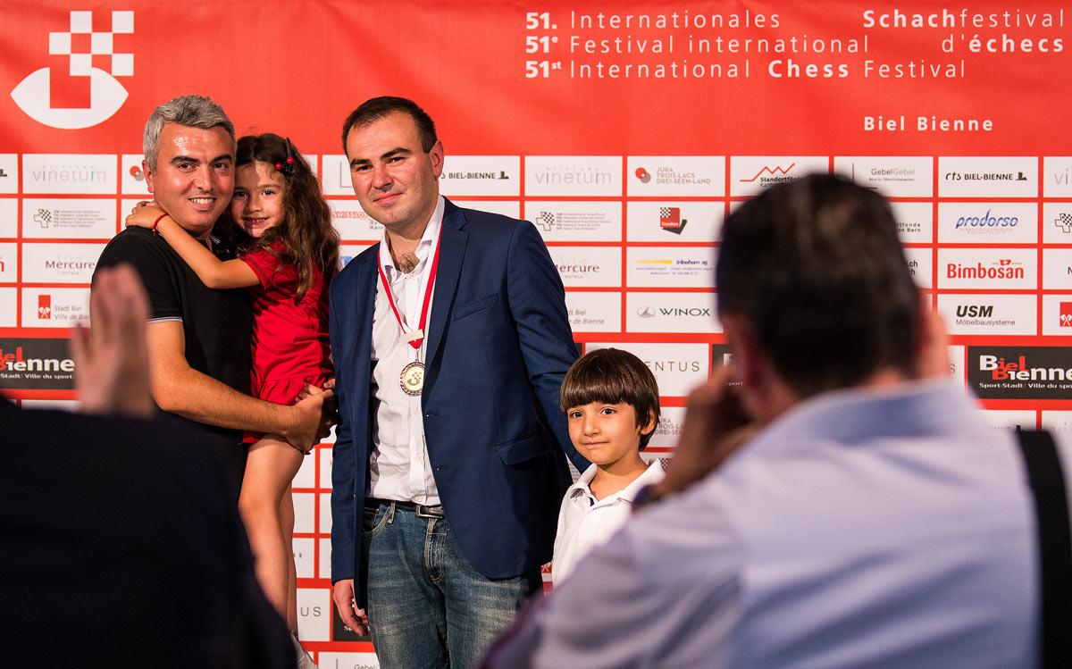 Шахрияр Мамедьяров фотографируются с поклонниками. Биль 2018, шахматный турнир