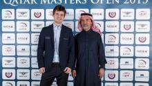 Шестнадцатый чемпион мира по шахматам Магнус Карлсен и представитель судейского жюри