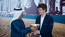 Приз вручается победителю турнира Магнусу Карлсену