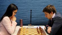 Первую партию турнира Вейк-ан-Зее, Сергей Карякин сыграл с единственной женщиной-участницей, Хоу Ифань из Китая >>