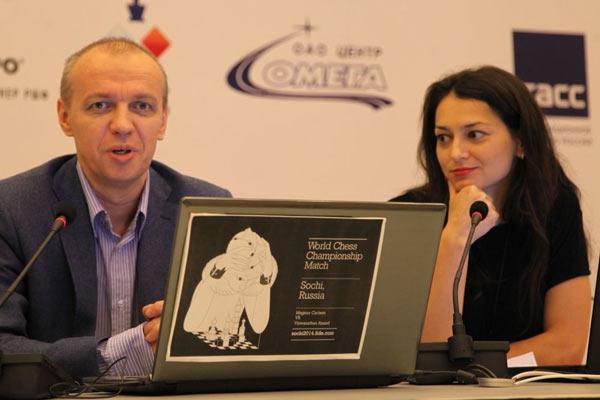 Сергей Шипов, в компании двенадцатой чемпионки мира по шахматам среди женщин Александры Костенюк, комментирует матч за звание чемпиона мира по шахматам (Сочи, 2014)