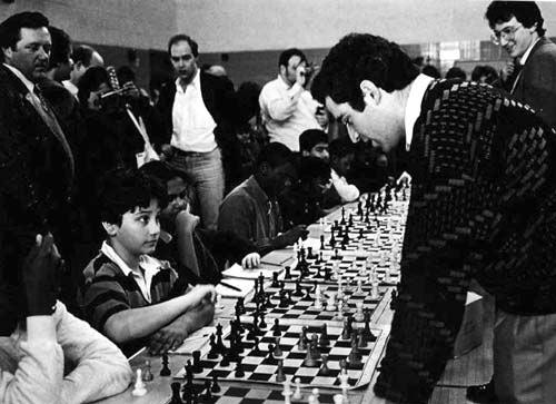 Мальчик Джошуа Вайцкин играет против Гарри Каспарова