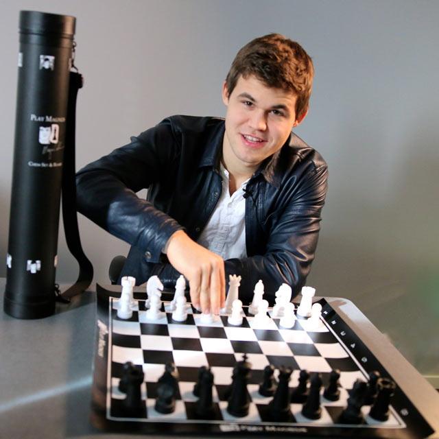 Магнус Карслен усердно рекламирует свой шахматный набор
