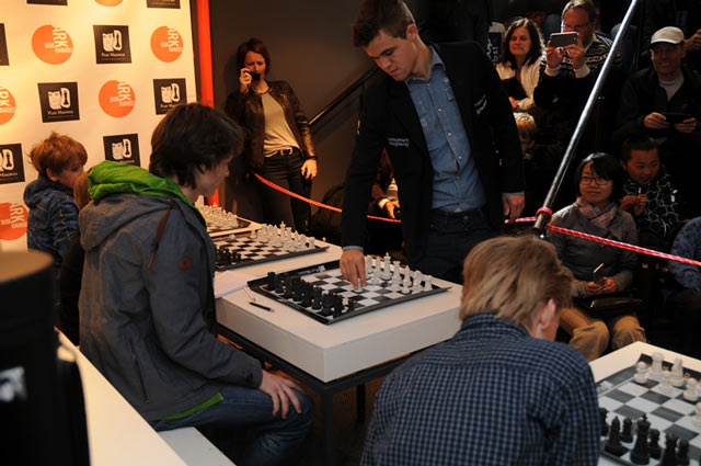 Сеанс одновременной игры во время запуска продаж шахматных наборов (Осло, Норвегия)