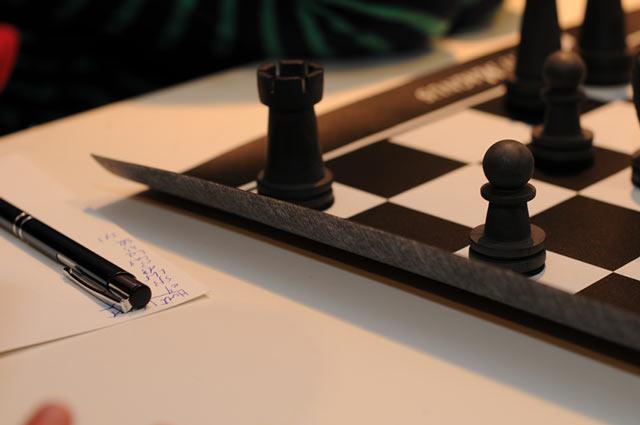 После хранения в скрученном состоянии в тубусе, края шахматной доски топорщатся, что не вызывает восторга