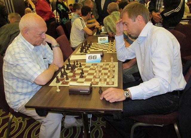 Александр Семенович Хасин, иногда совмещает судейство с игрой - за партией главный судья турнира Александр Хасин и Виктор Кондрашов